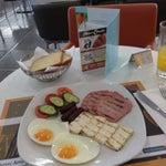 Завтрак в аэропорту. И ВСЕ тебе улыбаются!