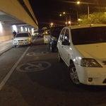 Se volvió parqueadero el acceso de llegada al aeropuerto... La policía, mientas tanto, se saca los mocos!