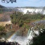 """No lado brasileiro, você tem uma experiência contemplativa das quedas. No lado argentino, a experiência é mais imersiva (mais """"selvagem""""). Prepare-se para caminhar muito e leve água para beber."""