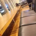 Если вам необходимо переждать ночь между рейсами , то в аэропорту в хельсинки это вполне можно сделать. Есть бесплатный интернет, полно кафе и магазинов. На фото вечер, к утру люди спали даже на столе