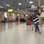 Новые отремонтированные терминалы приятны, есть бесплатный WIFI. Мало место ожидания и розеток. На площади у аэропорта есть кафе, где можно  поесть не дорого и довольно неплохо по кухне.
