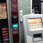 Работающая розетка есть на выходах 1-6, у кофе-киви автоматов, напротив 5 и 6 гейтов.