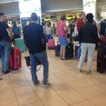 Отсутствует зона ожидания регистрации рейса. Если вы прибудете намного раньше, имейте в виду, будете стоять либо сидеть на собственном чемодане.