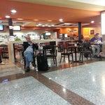 Cuando te vayas por la terminal B, pasa por La Fonda Criolla y llevate un pedacito de tu tierra...excelente comida criolla...