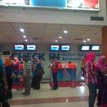 Suasana Dari Dekat Check In Bandara Internasional Husein SastraNegara Bandung 09-12-2014 Jam 10.54 AM