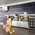 Первый раз такое вижу- в аэропорту стойки самообслуживания с БЕСПЛАТНЫМ кофе чаем и всем сопутствующими!? Это после Борисполя в котором, за капучино надо отдать 52 грн)) опять подкололи мой патриотизм