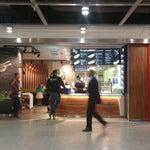 Рекомендую отобедать в этом ресторане на нижнем уровне аэропорта, особенно любителям тайской кухни, дёшево вкусно, порции большие.