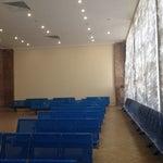 Очень совковый аэровокзал:))) зал ожидания с театральными шторами, паркетом и мрамором на стенах