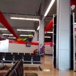 Es un aeropuerto con excelentes instalaciones. Muy moderno. Digamos que es un aeropuerto mediano.