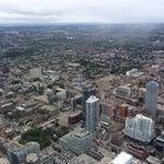 Аэропорт, без очередей, во всяком случае - сейчас. Но с башни CN Tower виден с трудом