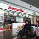 В транзитной зоне, выходы 1-9, на втором этаже бесплатный массаж, кресла для сна, душ, компьютеры с интернетом и т. д. Если есть время, то советую съездить бесплатно на экскурсию в Сеул, от 1 до 5 час