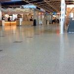 Аэропорт хороший! Есть wifi, розетки. Однако кондиционеры работают на всю из-за этого прохладно. Берите теплые вещи.