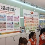 到着口右側へ歩いて行くと携帯電話のSIMを売ってる場所が有ります。買った後Activateもしてくれます。3-4業者同じ値段なのでどれでもOKだと思います。左側の業者(Taiwan Mobile)はCredit Card 払いが可能です。
