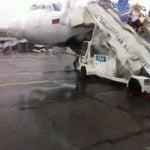 """Загадка хабаровского аэропорта: прилетевших в Хабаровск везут к зданию аэропорта на автобусе, а """"транзитников"""" отправляют пешком и в дождь как сегодня, и в 30-градусный мороз!"""