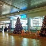 Todo impecable en este remodelado aeropuerto, baños limpios, poca oferta gastronómica x su apertura reciente, sólo el wifi es medio débil debido a la cantidad de usuarios.Preciosa decoración navideña.