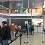 Pequeño y acogedor aeropuerto. Wifi gratis, un par de negocios: cafetería y souvenirs, lo necesario para una pequeña ciudad.