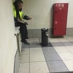Курилка нелегальная все ещё существует. Терминал вылета внутренних рейсов, выход 8, вниз по лестнице
