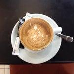 В терминале 1 в холле хорошая кофейня coffee CAVA и цены адекватные