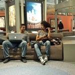 En Terminal 2 hay una galería de arte en el lobby justo en frente de L1 que vale la pena conocer y aislarse un rato del bullicio