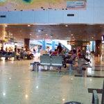 Aeroporto muito bonito e moderno.