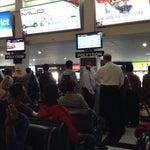 Banyak yang berdiri karena kursi di tunggu tidak dapat menampung penumpang