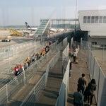В аэропорте активно ведётся реконструкция. Но на данный момент все плохо. С самолёта выходишь как в тюрьму. Очередь подходит через змеевидный коридор из сеток