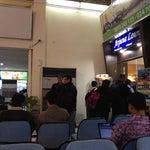 Akibat gampang nya pembuatan credit card..,mau masuk lounge aja ngantri...jadi malu masuk ...:)