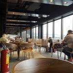 Ficou melhor com a reforma e as lojas novas! Agora você consegue comer bem e tomar um bomcafé no Starbucks ou Kopenhagen do aeroporto! So falta ter Wifi livre...