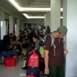 Ruang tunggunya panas, penumpang bejibun kayak di terminal