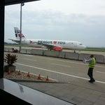 Roztomilé malé letiště, pěkná budova Terminálu. Trochu to tu ovládají letadla Travel Service. 😃