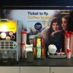 Супер аэропорт: всё,что нужно есть: free wifi, розетки, магазины со всеми девайсами и самое главное-автоматы с бесплатным кофе, чаем, горячим шоколадом. Ммм-мечта путешественника!