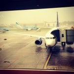 Deberían haber mangas para todos los vuelos en días de lluvia y no hacer subir al avión en un escalera a la intemperie. Muy lindo aeroparque!
