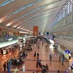 コードはHND/RJTT。1931年8月25日に東京飛行場として開港。1952年7月から現在の名称。首都・東京の空の玄関口として、日本最大の空港。年間の離着陸回数は28万回を数え、年間利用者数は6,000万人で、一日平均17〜18万人が利用している計算となり、日本国内の空港の中でもずば抜けて利用者が多く、世界の空港の中でも5番目に利用者が多い。皇族や内閣総理大臣などの要人もこの空港を使用している。