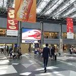 コードはCTS/RJCC。北海道のハブ空港として、自衛隊と共用していた千歳飛行場に隣接する形で1988年7月1日開港。利用者は東京 (羽田)、成田、福岡と並び全国的にも第4位。その中でも、東京 (羽田)〜札幌 (新千歳) 線は、年間搭乗客数が1,000万人を越す事もあるドル箱路線で、日本のみならず世界的に見ても最大規模の巨大幹線である。また日本で初めて24時間運用を開始した空港としても有名である。