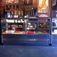 Foto tomada en Jones Coffee Roasters por Jimmy M. el 8/27/2012