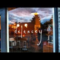 Foto scattata a Delancey da Sam W. il 7/18/2012
