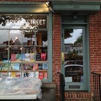 Foto tirada no(a) Bridge Street Books por Dannon R. em 4/18/2012