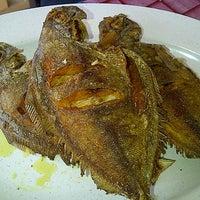 Photo taken at Restoran Nelayan Terapung Ujung Batu by Lara Q. on 7/19/2012