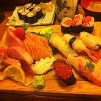 Foto tomada en Tomoe Sushi por Mimi W. el 2/26/2012