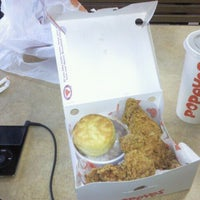 Photo taken at Popeyes Louisiana Kitchen by Ahmad B. on 4/29/2012