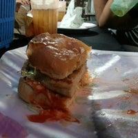 Снимок сделан в Black & White Burger пользователем Ezat F. 9/5/2012