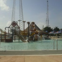 Photo taken at Wet 'n Wild by Alejandra A. on 4/3/2012