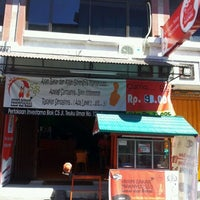 Photo taken at Ayam Bakar Maknyuusss by Ari S. on 4/26/2012