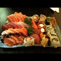 รูปภาพถ่ายที่ Shinkai Sushi โดย Noemi F. เมื่อ 6/13/2012