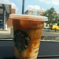 รูปภาพถ่ายที่ Starbucks โดย Lena M. เมื่อ 7/16/2012