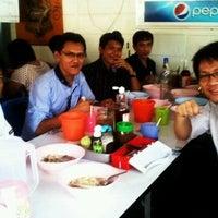 Photo taken at ก๋วยเตี๋ยวไก่บางบัว by วิทย์ ห. on 3/8/2012