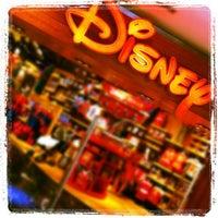 Foto tomada en Disney Store por David H. el 8/5/2012