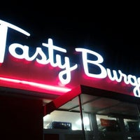 Foto tomada en Tasty Burger  por Laura Lee el 8/20/2012