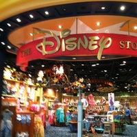 Foto tirada no(a) Disney Store por AElias A. em 7/18/2012