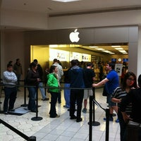 Photo taken at Apple Briarwood by Dell D. on 10/14/2011